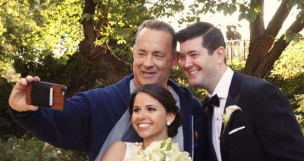 EXTRA! Infernal Thomas Jeffrey inferniza vida de noivos com selfie dos infernos (eles nada puderam fazer, exceto fingir alegria).